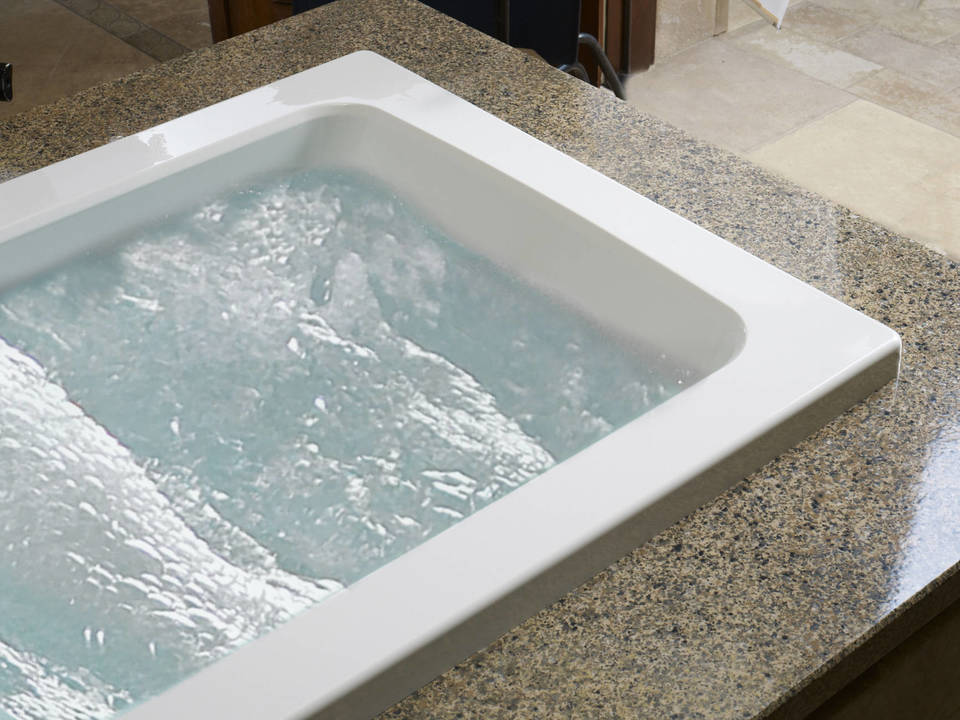 Shop Jacuzzi Primo 60-in White with Right-Hand Drain Bathtub at ...